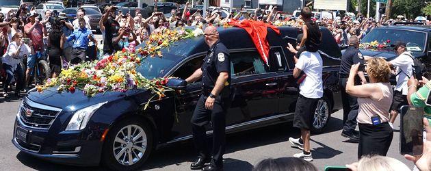 Muhammad Alis Leichnam wird durch die Menge gefahren