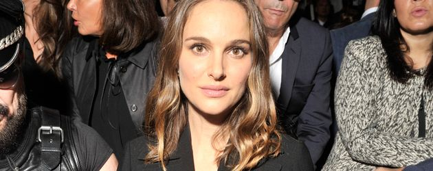 Natalie Portman in der Front Row bei Dior in Paris
