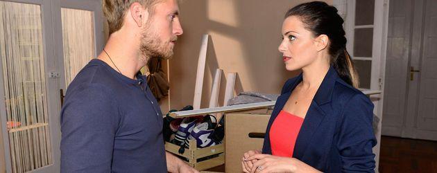 Handwerker Paul Wiedemann (Niklas Osterloh) und Emily Badak (Anne Menden)