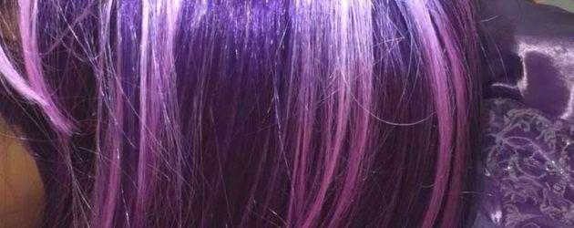 North West trägt eine lila-farbige Perücke