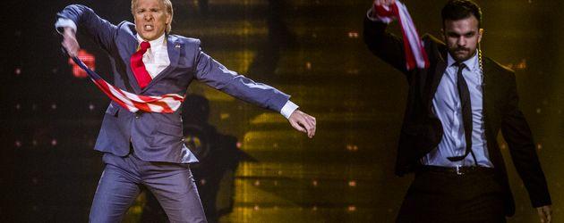 Comedian Oliver Pocher tanzt als US-Präsident Donald Trump