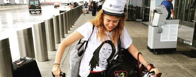 Palina Rojinski am Flughafen