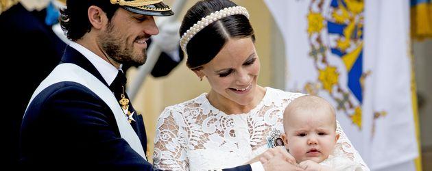 Prinz Carl Philip von Schweden mit seiner Frau Sofia und Söhnchen Alexander