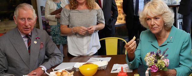 Prinz Charles und Herzogin Camilla in einem Schnellimbiss in Aberdaron, Wales