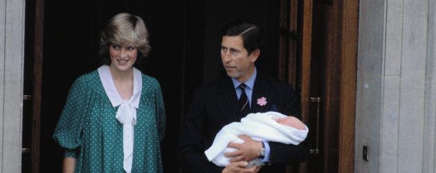 Prinzessin Diana (✝36) und Prinz Charles mit Prinz William auf dem Arm