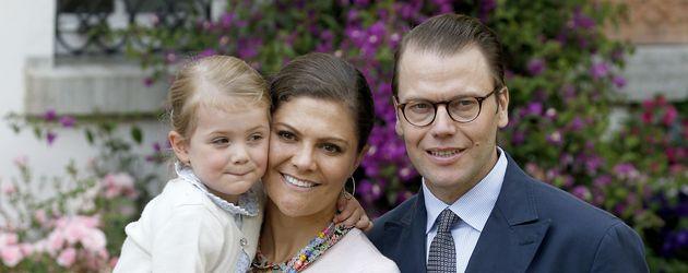 Prinzessin Estelle von Schweden mit ihren Eltern Prinzessin Victoria und Prinz Daniel in Oland 2015