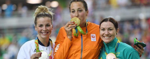 Rebecca James neben der niederländischen und der australischen Radrennfahrerin bei der Siegerehrung