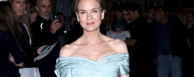 Renee Zellweger im schulterfreien hellblauen Dress