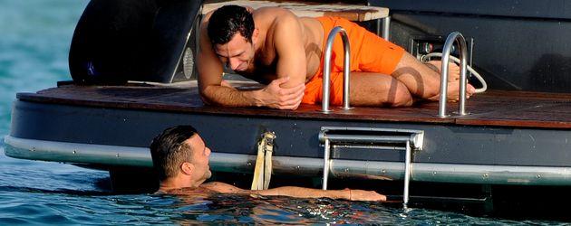 Ricky Martin und sein Freund Jwan Yosef vergügen sich im Meer