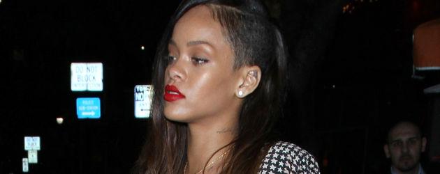 Rihanna mit an der Seite abrasierten Haaren und roten Lippen