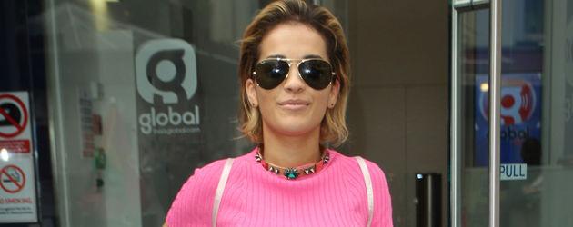 Rita Ora mit pinkfarbenem Kleid