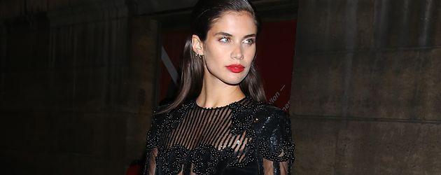Sara Sampaio auf der Paris Fashion Week
