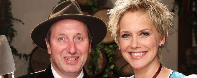 """Schäfer Heinrich und Inka Bause posieren beim Scheunenfest zur 8. Staffel """"Bauer sucht Frau"""""""