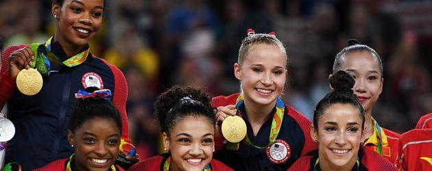 Turnerin Simone Biles mit ihrem Team bei der Goldmedaillen-Vergabe in Rio 2016