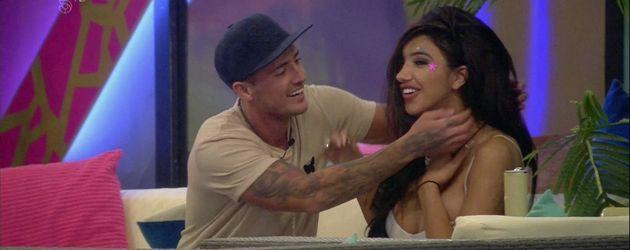"""Stephen Bear und Chloe Khan in einer Szene von """"Celebrity Big Brother"""""""