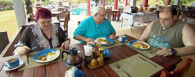 Stups, Lutz und Ingo beim Essen in Thailand