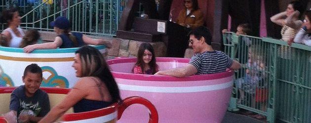 Tom Cruise und Suri Cruise in einem Karussell