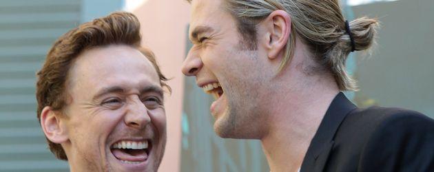 """Tom Hiddleston und Chris Hemsworth (r.) bei dem """"The Avangers""""-Fototermin in Rom"""