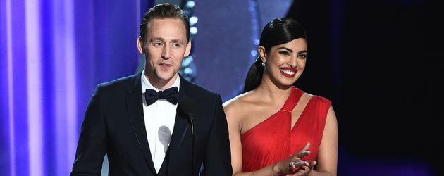 Tom Hiddleston und Priyanka Chopra auf der Bühne der Emmy Awards