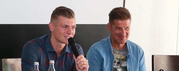 """Toni Kroos und Hartmut Engler bei der Vorstellung der """"Toni Kroos Stiftung"""" 2015"""