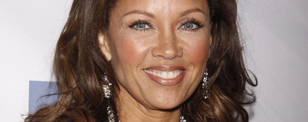 Vanessa Williams mit silbernem Blazer