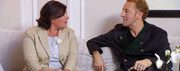 Vera Int-Veen mit Mario-Max Prinz zu Schaumburg-Lippe während Dreharbeiten